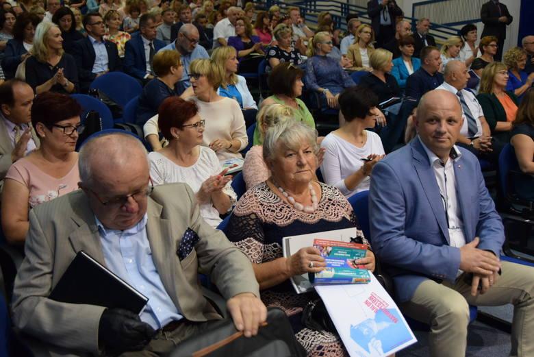 Wojewoda i kurator oświaty wręczyli tytuły nauczyciela dyplomowanego najlepszym na egzaminach