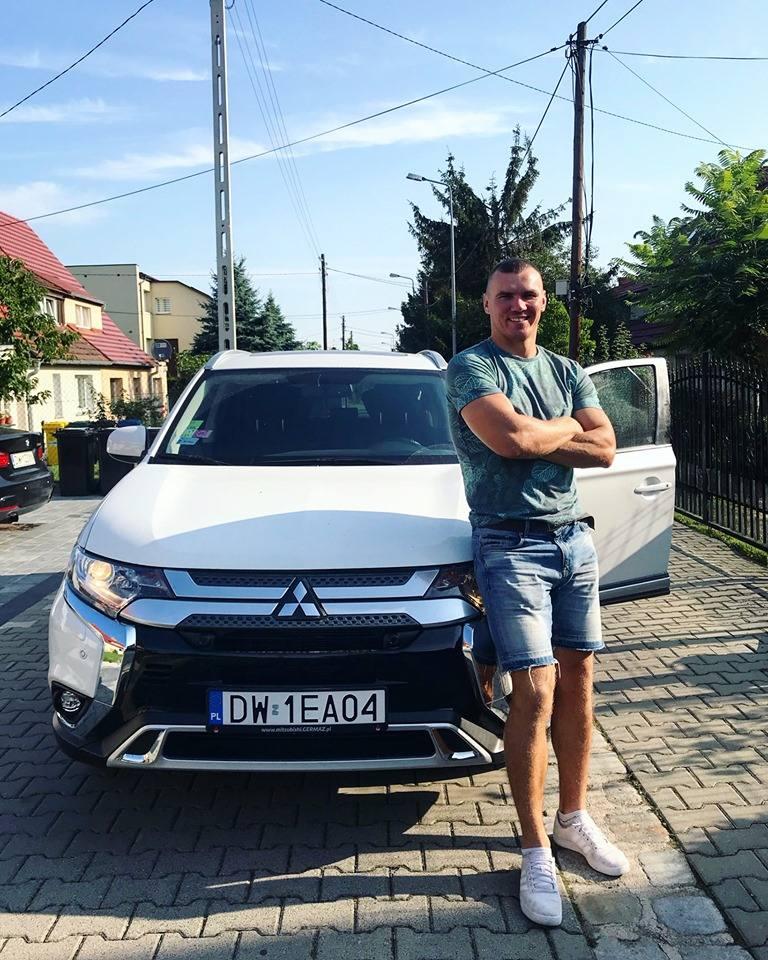 Mateusz Masternak przy odzyskany samochodzie.