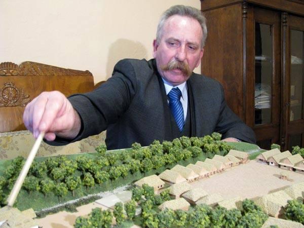 Jerzy Ginalski, dyrektor MBL w Sanoku prezentuje makietę galicyjskiego miasteczka
