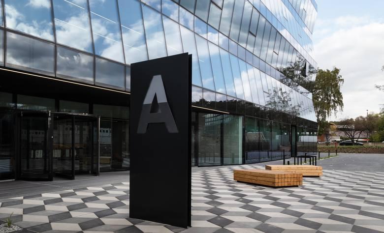 At Office Wadowicka 3 - to biura zlokalizowane w sąsiedztwie Ronda Matecznego, jednego z największych węzłów komunikacyjnych Krakowa