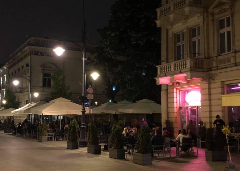 W restauracjach i pubach na ul. Piotrkowskiej jakby nie było epidemii ZDJĘCIA