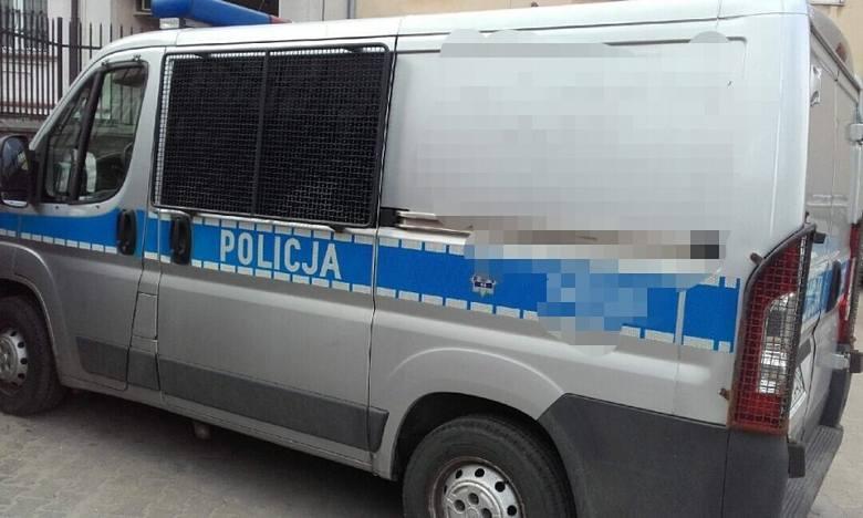 Dzielnicowy z Komisariatu Policji I w Białymstoku, w sobotę, podczas wjazdu na teren jednostki zauważył wybiegającego z parkingu mężczyznę. Chwilę później