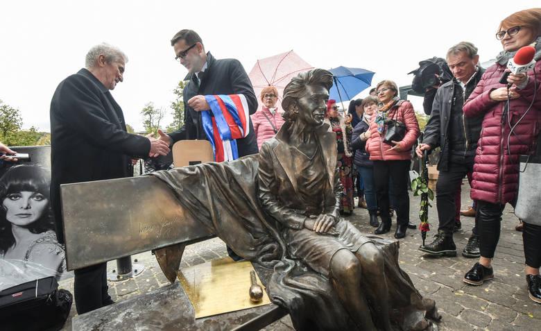W sobotę w Bydgoszczy nastąpiło odsłonięcie ławeczki Ireny Jarockiej. Ławeczka poświęcona pamięci Ireny Jarockiej stanęła na Nabrzeżu Narutowicza przy