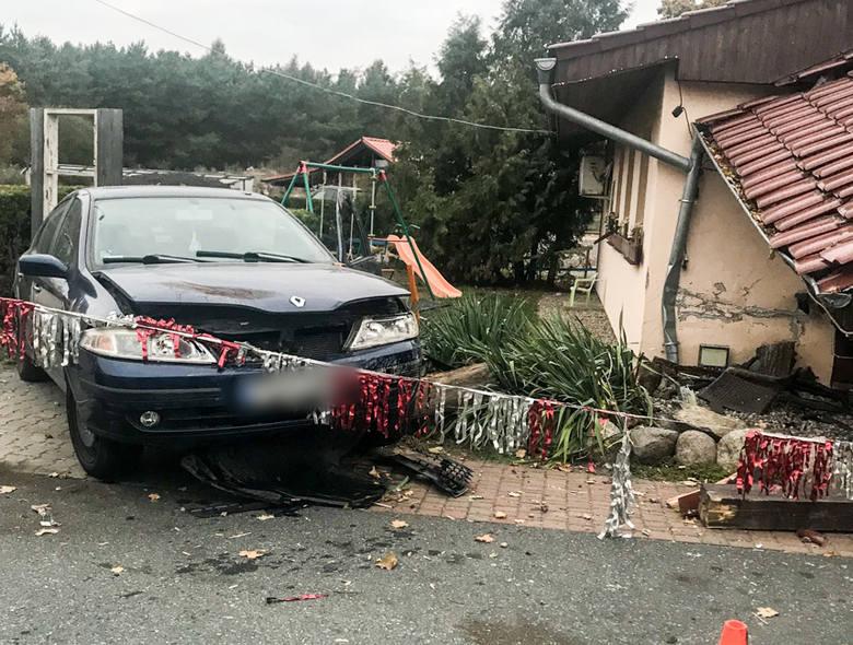 20-letni kierowca wypadł z drogi i z ogromną siłą uderzył w wejście do przydrożnego zajazdu. Na szczęście nikogo tam nie było. W przeciwnym wypadku mogło