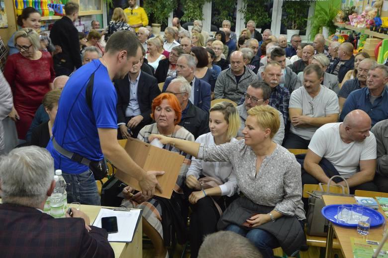 Prawie jednogłośnie nie wyrazili oni zgody na sprzedaż, zamianę lub darowiznę Kurii Diecezjalnej Łowickiej miejskiej działki na styku ul. Łęczyckiej