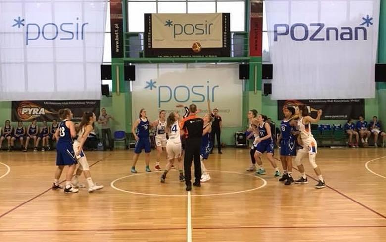 Historyczny moment - piłka w górze i tak rozpoczął się mecz Wilczyc (niebieskie stroje) w Poznaniu