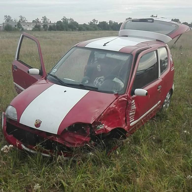 W piątek późnym popołudniem na ul Strefowej w Tychowie (powiat białogardzki) doszło do zderzenia dwóch aut osobowych marki Fiat i BMW. Rzecznik prasowy