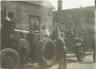 """Letnica rok 1949 siostra Basia jako traktorystk z POM Kisielin na """"Pogłębianiu orek"""" obpok w białej koszuli siostra Marysia."""