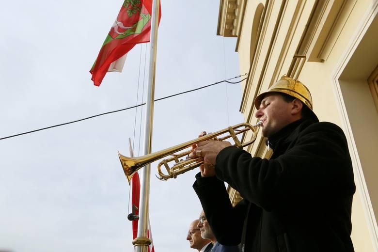 Flaga na ratuszu opuszczona do połowy masztu. Hołd dla Norberta Wojciechowskiego