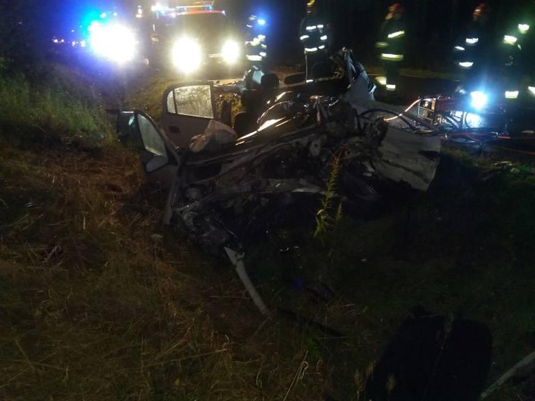Do tragicznego wypadku doszło późnym wieczorem w środę. Kierowca opla z niewyjaśnionych jeszcze przyczyn zjechał na przeciwległy pas ruchu i czołowo