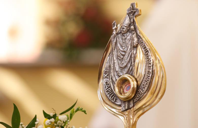 Wprowadzenie relikwii Jana Pawła II dokościoła parafialnego wZagorzycach Dolnych.