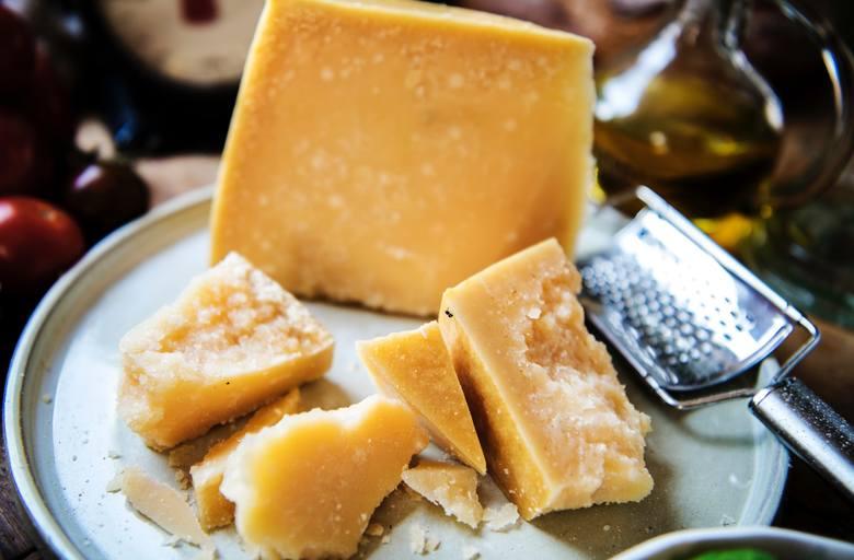Produkt bez laktozy to parmezan – długodojrzewający ser twardy, w którym laktoza ulega rozłożeniu przez korzystne bakterie kwasu mlekowego