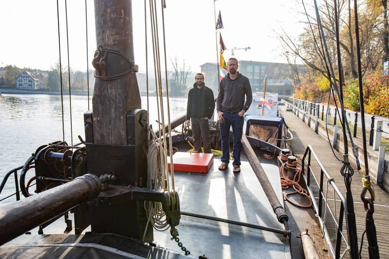 """Ponad 100-letnia barka """"Navis"""" jest wyposażona we wszelki sprzęt niezbędny do życia. Dwaj francuscy podróżnicy Eric i Gauthier  wybrali się nią w rejs po europejskich rzekach i... utknęli w Bydgoszczy."""