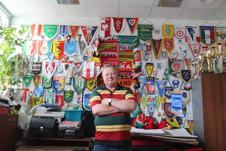 Najważniejsza osoba na stadionie Piasta, kierownik obiektu Tadeusz Stańko, z fragmentem swej kolekcji pamiątek.