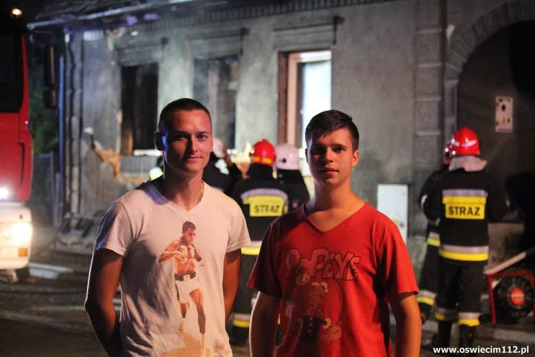 Wbiegli do płonącego domu, by ratować ludzi. Piotr Bracha i Adam Piwoński to bohaterowie