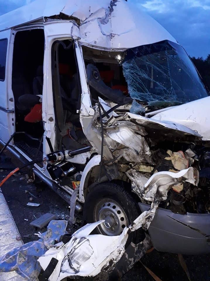 Tir zderzył się z busem na autostradzie A4 na odcinku Tarnów - Dębica. 1 osoba nie żyje, 5 rannych