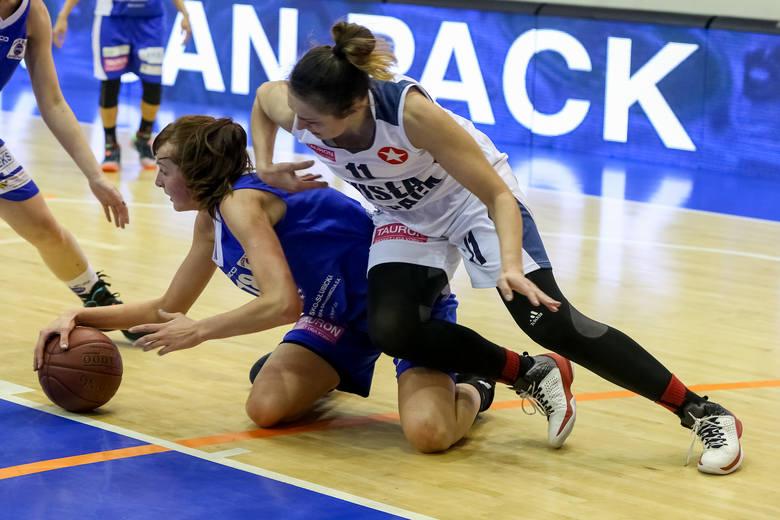 Beata Jaworska (z piłką) podczas walki w parterze z byłą akademiczką Agnieszką Szott-Hejmej.