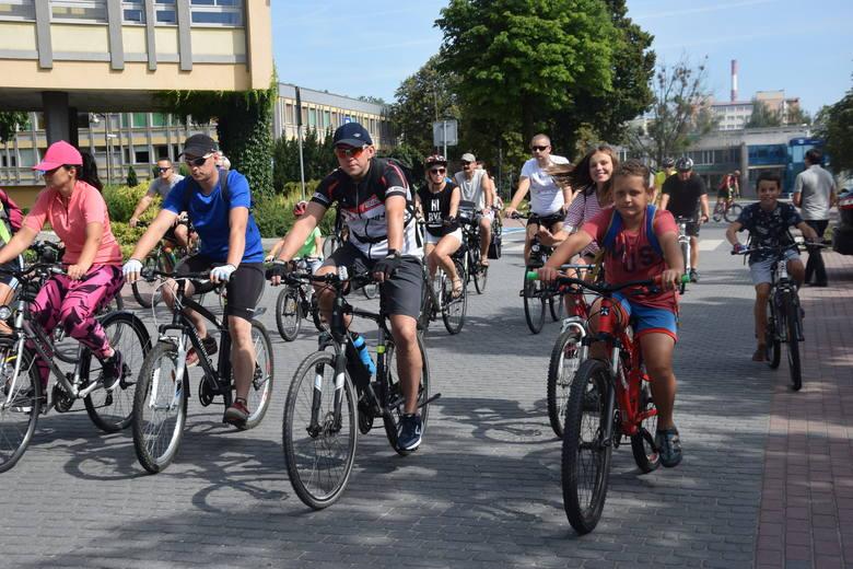 Rowerowa Niedziela w Tychach. Rowerzyści ruszyli po piętnastej spod Urzędu Miasta, by na szesnastą dojechać na plac Baczyńskiego, gdzie do godz. 19 czekają: