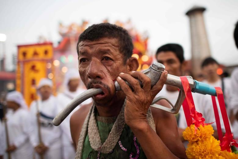 Na tajlandzkiej wyspie Phuket odbywa się drastyczny festiwal wegetariański. Jego uczestnicy okaleczają swoje ciała – m.in. poprzez przebijanie policzków