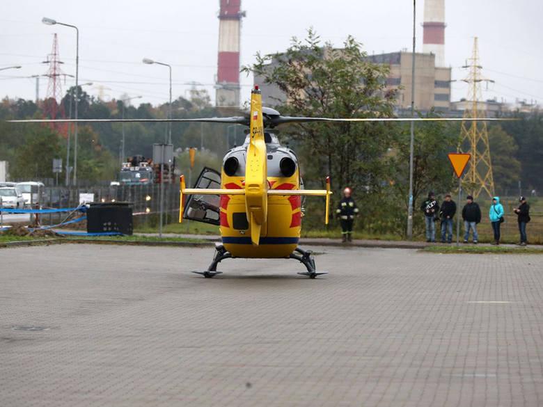 Śmigłowiec lotniczego potowia ratunkowego na lądowisku, którym był parking samochodowy. Miał przewieźć  najbardziej podszkodowanego pracownika, który