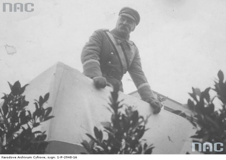 Marszałek Piłsudski na trybunie podczas obchodów Święta Niepodległości w Warszawie