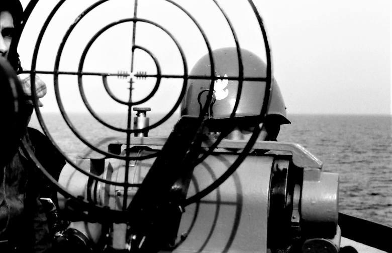 Na celowniku broni pokładowej naszego okrętu desantowego