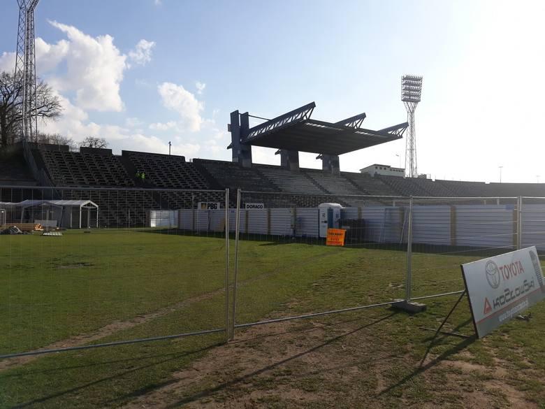 Trwa etap rozbiórkowy na stadionie Pogoni Szczecin. Na wyłączonej z użytku wysokiej trybunie zlikwidowano już krzesełka, a także płoty i ogrodzenia.