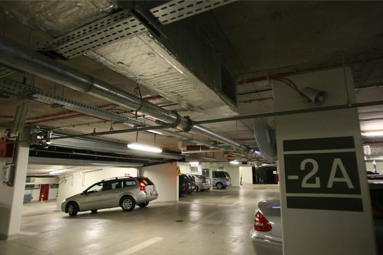 Znamy cennik parkingu pod Narodowym Forum Muzyki. Za godzinę parkowania zapłacimy 4 złote, ceny abonamentów miesięcznych zaczną się od 220 złotych. Przypomnijmy,