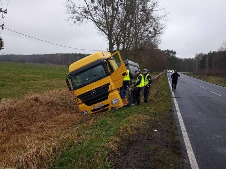 Do niebezpiecznego zdarzenia doszło w poniedziałek, 2 grudnia, na drodze koło Smolar po Gorzowem.Kierujący ciężarówką wyjechał z Głazowa i ruszył w kierunku