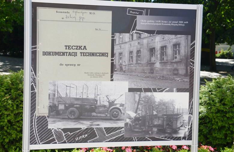 Fragmenty historii miasta na zdjęciach z IPN-u, które stworzyły wystawę pokazywaną przed budynkiem Filharmonii Zielonogórskiej.