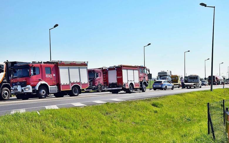 Kierowca ciężarówki marki DAF wjechał w samochody stojące przed sygnalizacją świetlną w rejonie skrzyżowania  DK nr 10 z ul. Karnowską w Nakle