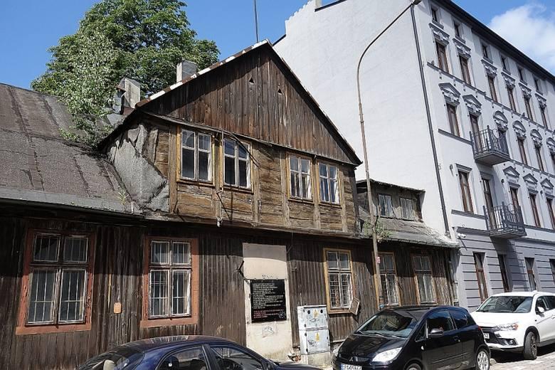 W Łodzi jest jeszcze kilkadziesiąt drewnianych budynków w których do dziś mieszkają ludzie. W większości są to budynki przedwojenne lub wzniesione wkrótce