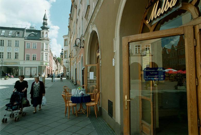 Opole w 2000 roku. Unikalne zdjęcia naszego fotoreportera Sławomira  Mielnika. Kawiarnia Melba na Rynku.