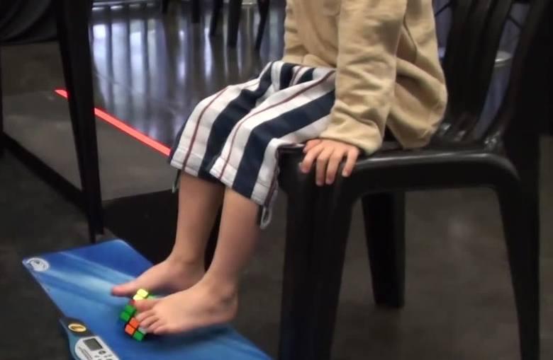 5-latek układa stopami kostkę Rubika w 90 sekund!