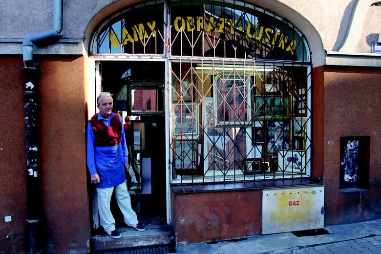 Jerzy Siwiński - jeden z bohaterów albumu - mieszka na Jeżycach od urodzenia. Od wielu lat zajmuje się oprawianiem obrazów i luster, a także produkcją ram.
