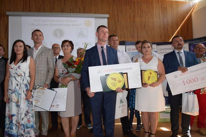 Laureaci konkursu w województwie od lewej w pierwszym rzędzie: zwycięzca Tomasz Szczęsny z żoną Magdaleną i mamą,  laureat trzeciego miejsca - Tomasz
