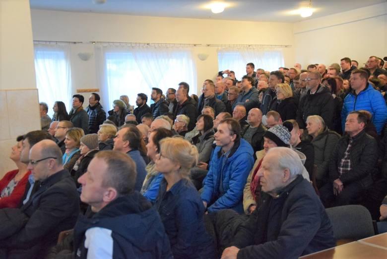 Kilkuset mieszkańców gminy Jerzmanowice-Przeginia przyszli na konsultacje, by oprotestować trasę linii kolejowej