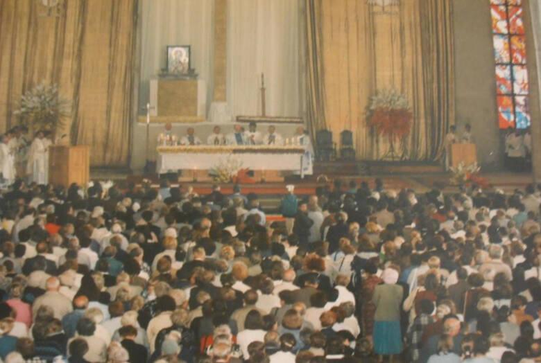 Prezbiterium świątyni podczas jej poświęcenia w 1996 roku