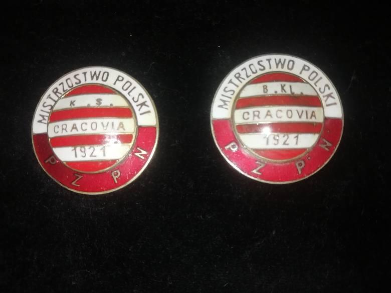 Wydawano też repliki - te na pamiątkę zdobycia przez piłkarzy pierwszego mistrzostwa Polski w 1921 r.
