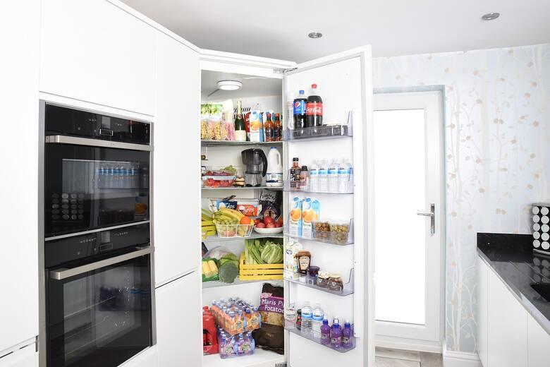 Co trzymać w lodówce? Teoretycznie wydaje się proste - te produkty, które wymagają przechowywania w niskiej temperaturze. Jak się okazuje czasem jednak