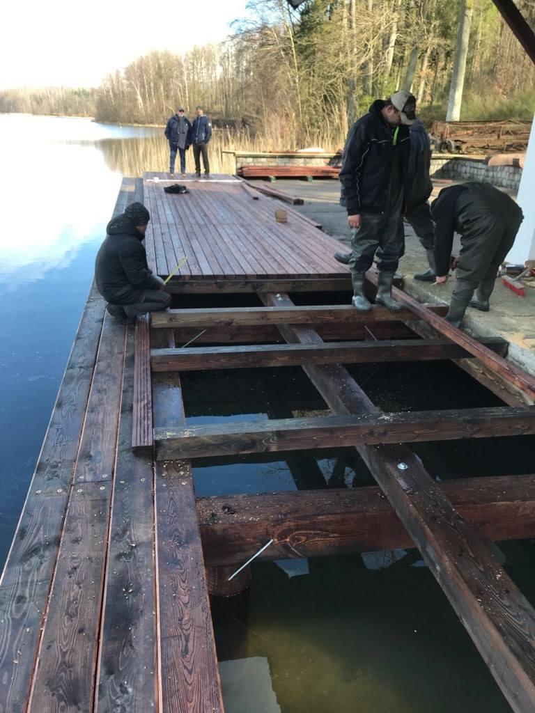 Trwa budowa pomostu przy bosmance nad jeziorem Jeleń. Będzie miał kształt litery L o parametrach: długość  15,24 m i 17,94 m,  szerokość 3,73 m i 3,15