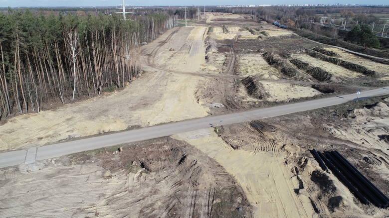 Budowa drogi ekspresowej S14 - zachodniej obwodnicy Łodzi. Odcinek I - okolice miejscowości Gorzew. Zdjęcie z marca 2020 roku