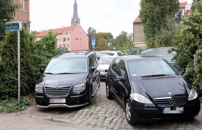 Parkowanie na Podzamczu? Kierowcy: Skandaliczna sytuacja [wideo]