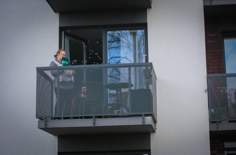 Impreza na balkonie na osiedlu Nowa Cukrownia w Szczecinie. Zobacz wideo i zdjęcia