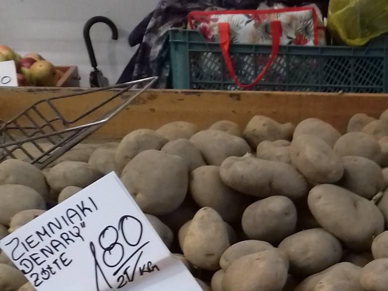 W grudniu kosztowały 80 groszy za kilogram, teraz przeciętnie 1,60 zł/kg. W marketach za kartofle trzeba zapłacić ok. 2,50 zł za kg.Na rynkach i w sklepach
