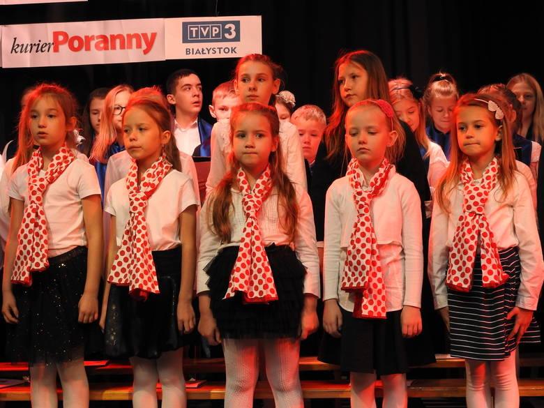 """""""Patriotyczne Śpiewanie 2018"""" dzieci z SP nr 12. Patriotyczne piosenki i pieśni, które łączą pokolenia [ZDJĘCIA]"""