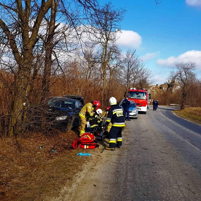 Wypadek w Niegowonicach - samochód uderzył w drzewo. Na miejscu lądował śmigłowiec LPR-u!