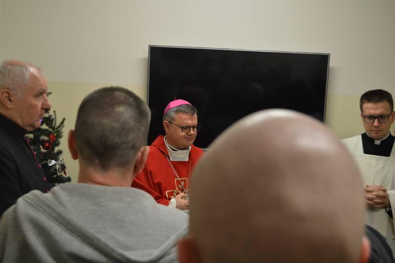 Biskup Wojciech Śmigiel kilka dni temu odwiedził z opłatkiem osadzonych w areszcie śledczym w Toruniu.