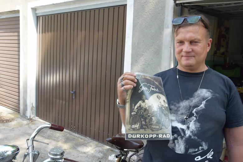 Marek Malicki prezentuje reklamę przedwojennego niemieckiego roweru