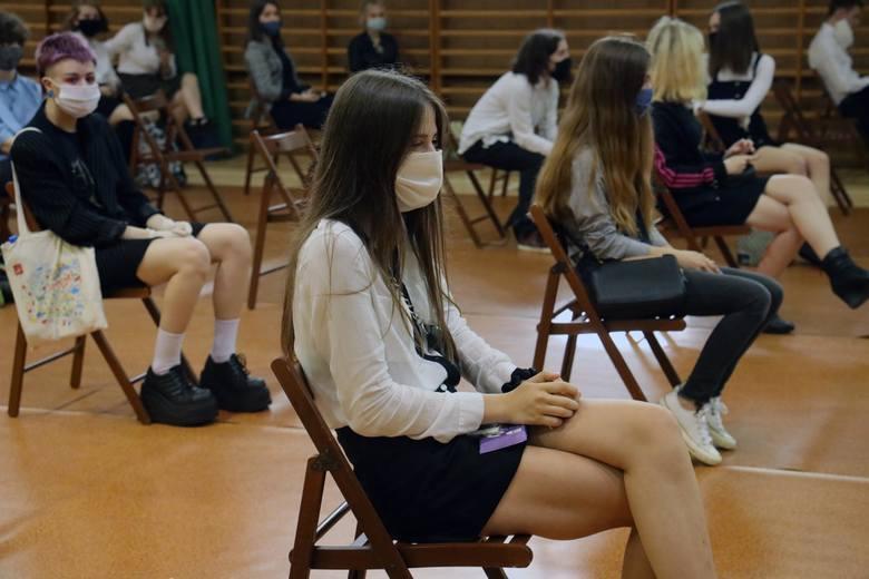 Od 1 września w w większości szkół w Polsce rozpoczynają się tradycyjne zajęcia. Codzienność nie będzie już jednak wyglądać tak, jak przed pandemią.